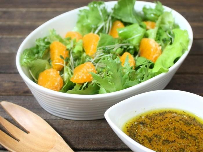 ドレッシングから香るミカンが爽やかなサラダは、具にもミカンを加えて、色合いもとっても鮮やかです。 小さなお子さんにも喜んでもらえそう♪