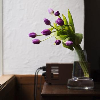 切ったあとも自在に伸びていくチューリップには、あまり口が広くない花器の方が似合います。すっと上に伸びていくラインの美しい花器をチョイスするといいですね。