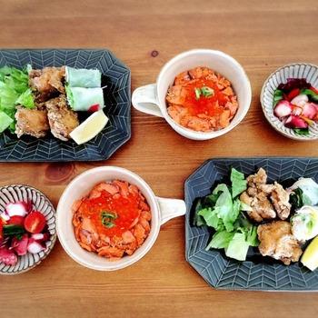 マグを子ども用のどんぶりとして使って、豆皿を添えた食卓。 おかずを少しだけ添えたいときに、豆皿がひとつあると本当に役立ちます。