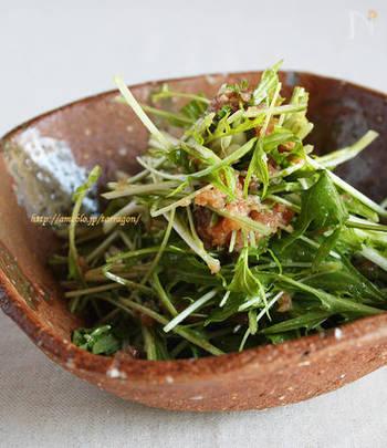 シャキシャキの水菜とネギトロ用のマグロをからめた簡単サラダは、ごま油と粗挽きコショウのアクセントがきいて、ご飯はもちろん、お酒のおつまみにもピッタリ。