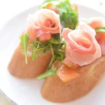 生ハムはくるりと巻くと、簡単にお花のかたちを作ることができます。前菜だけではなく、メインの付け合わせなどにも覚えておくと便利な技です。