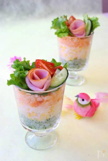 三食寿司をグラスに入れて、色合いの違いを楽しんで。ハムで作ったバラを飾ると食卓にブーケの華やかさが演出できます。