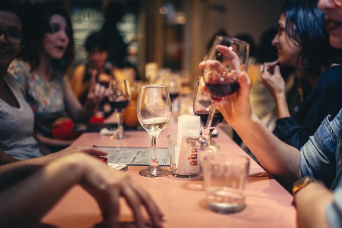春がやって来て足取りも軽くなる季節。ちょっとお酒でもというときも、家飲みより外へ足が向きます。またこの時期、職場の環境や顔ぶれが変わって、ちょっと肩に力が入っている人も多いかも。そんな時はお酒で親交を深めたり、逆に一人でホッと一息ついたりしてみてはいかがでしょうか?