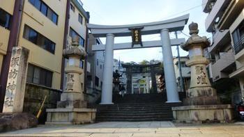 こちらは、長崎市にある「諏訪神社」の入口です。鳥居が立ち並ぶ景観は、まさに厳粛な雰囲気です。 この参道には、丸い形の「男石」(一の鳥居付近)、六角形の「女石」(四の鳥居付近)と呼ばれるふたつの敷石があります。このふたつを踏み、最後に本殿(拝殿前)にある「陰陽石」を踏むと、「縁が結ばれる」といういわれがあります。