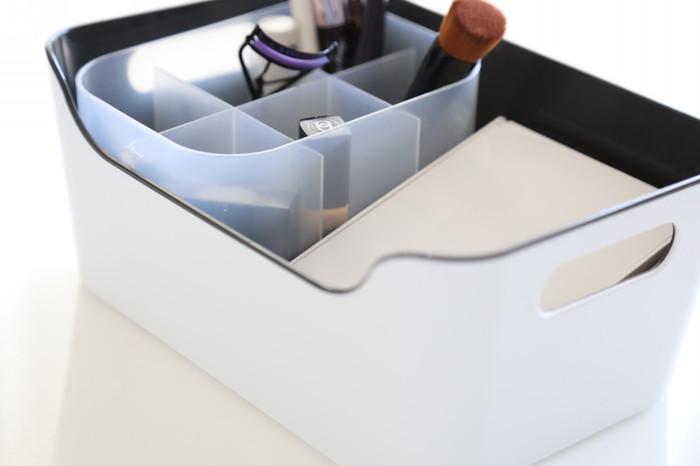 多くのブロガーさんたちのサイトで見かけるVARIERAボックスは、小物の整理整頓がしやすいサイズで人気です。持ち手があるので移動や出し入れも楽。片面が低くなっているデザインも、見やすく片手で中身が取り出しやすいので使い勝手が良いでしょう。