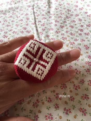 コンパクトなリングタイプのビスコーニュ。金属の台座に、羊毛を詰めた小さなビスコーニュが付けられています。キルトなど細かい作業をするときに便利だそうですよ。