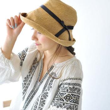 帽子1つで印象はずいぶん変わります。だからこそ、いつまでも可愛らしくいてほしいお母さんには「いかにも年配層向け」というデザインより、若者向けの落ち着いたタイプを選んで。 春夏向けには、通気性のいいペーパーハットがおすすめです。素材が柔らかいのでたたんで持ち運べて、型崩れしにくいのが特徴。つばが広めだと、小顔効果も期待できそう♪