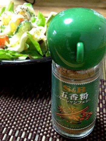 花椒は、「五香粉(ウーシャンフェン)」にも含まれています。五香粉は、花椒のほか、シナモン、クローブ、陳皮、スターアニスと5つのスパイスがブレンドされたもの。揚げ物や炒め物などに使われます。風味がいいので、こちらもぜひ使ってみてください。