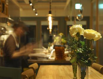 店内はナチュラルで落ち着いた大人の雰囲気。花や緑を取り入れ、「自然」が感じられます。それもそのはず、お店には花屋さんが併設されています。