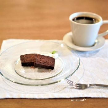 店内で焙煎している珈琲は7種類あり、コーヒー豆が小瓶に入って店内にレイアウトされているので、香りをかいで選ぶこともできます。自慢のコーヒー豆も販売していますよ。 オーガニックのクーベルチュールを使った「テリーヌ・ショコラ」は、添えられたお塩を付けて大人の味わいです。