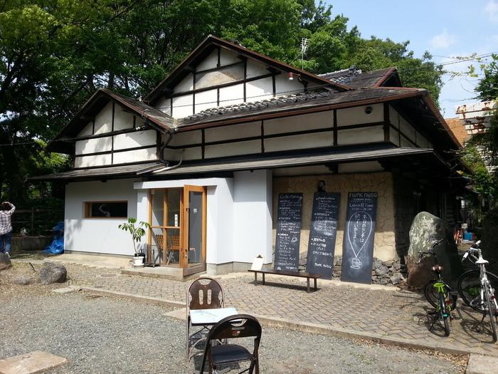 「どこにもない」という意味の店名「ヌンクヌスク(nunc nusq)」は、鶴舞公園の中にある古民家カフェです。