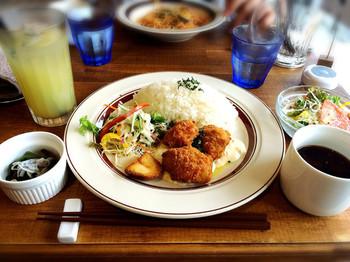 ランチは、週替わりのパスタや唐揚げなどに、デリ・サラダ・スープ付きです。