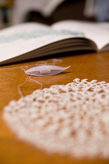 """最後にご紹介するのは、""""タティングレース""""のアクセサリーです。シャトルと呼ばれる舟形の道具にレース糸を巻き、糸に結び目を作りながら編んでいく独特な手法が特徴。かぎ針で編んだ物よりもかっちりした仕上がりで、透かし模様の美しさが際立ちます。"""
