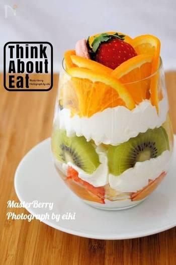 市販のバームクーヘンやカステラを使えば、あっという間に作ることができます。グラスの側面にフルーツの断面が見えるように盛り付けるのが、美味しそうに見えるポイントです。