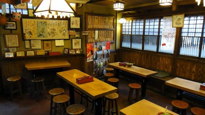 老舗らしく、店内は昭和の雰囲気。 落ち着いた灯りもレトロな印象をより強めています。