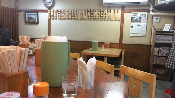 店内はカウンター席の他、テーブル席が2つ。 こじんまりとしていますが、お昼時には行列ができ、活気に溢れています。