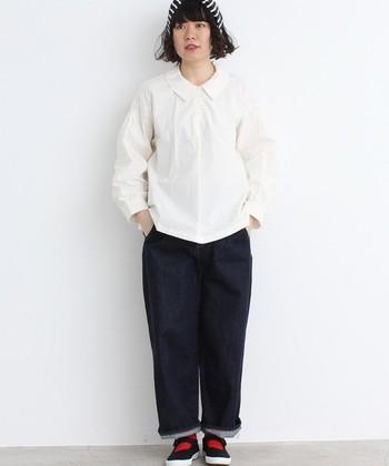 コットン100%のやわらかな素材のシャツに、ハリのある素材のデニムを組み合わせたカジュアルなコーデです。ボディ部分はとてもシンプルなので、気分に合わせてソックスなどでカラーを入れて遊び心を加えるのも◎