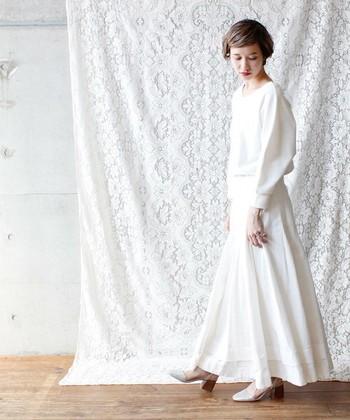 大人の女性をワンランクアップさせる、ふわり軽やかなシルエットのコーデ。ボリュームのあるホワイトスカートと、シンプルだけどゆったり感のあるホワイトトップスは相性の良いアイテム。髪をまとめれば、より清楚な印象にまとまります。