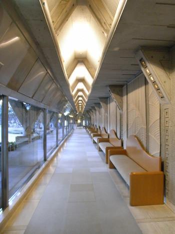 世田谷美術館の特徴的なデザインとして、正三角形のトラス状の柱を全体の共通モチーフとしています。凹凸や三角形が統一されていて繊細な建築美が楽しめます。地下1階にはパティオとカフェがあり、落ち着いた静謐な時間を過ごせます。