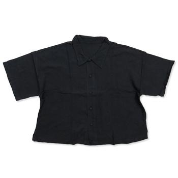 着丈が短めで軽やかに着る事ができるビッグブラウス。前開きになっているので、羽織りものとしても使えます。