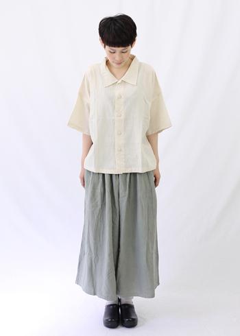 ゆったりとしたシルエットを活かしたリラックススタイルは、大人の普段着として素敵な着こなしに。