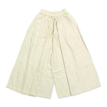 股上が深くウエストにゴムが入った楽チンなワイドパンツ。履く位置の高さによって、丈や印象を変える事ができます。
