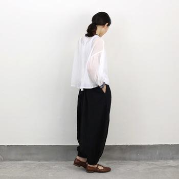 ベーシックなブラックのカラーでも、一味違ったデザインパンツがある事で、毎日の着こなしを楽しく仕上げてくれます。