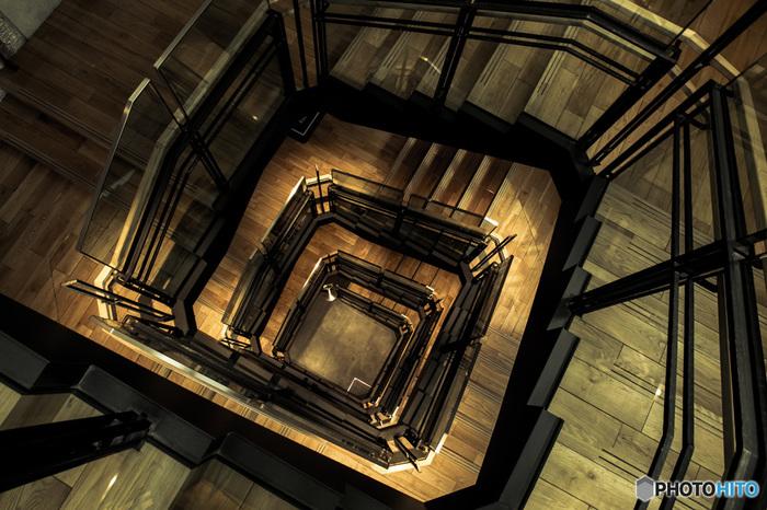 2階へ上がるには、旧ギャラリーのシャンデリアが吊り下げられた八角形の螺旋階段を通ります。都会的なデザインの階段は、上から覗くだけでも、異空間な風景を楽しめます。