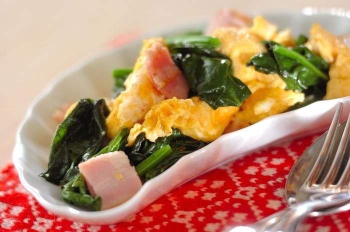 ほうれん草の緑に卵の黄色、ベーコンのピンク色が加わって、とっても色鮮やか!見た目にも食欲をそそります。緑の食材は、どちらかというと暗めなので、明るい色味の食材と組み合わせることでバランスよく仕上がります。