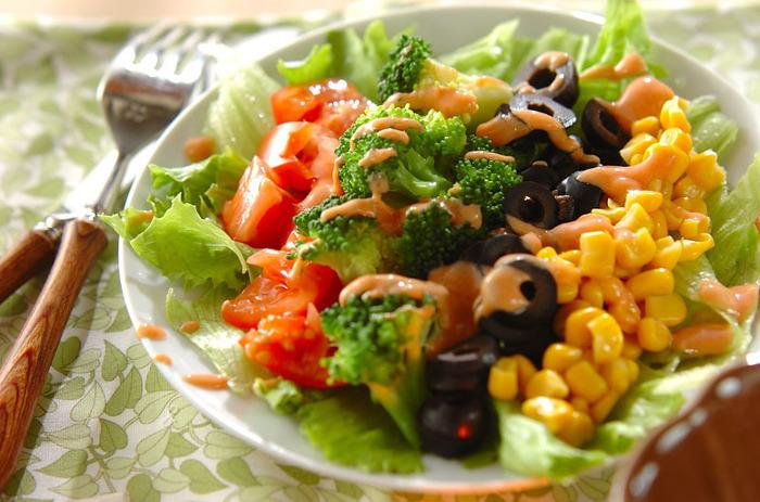 レタス、ブロッコリー、緑が多めのコブサラダも、色とりどりの食材と組み合わせて美しく!青、黄、赤、黒、の4色に、白のお皿を合わせて、5色全部が揃った盛り付けです。食卓に一皿あるだけで、パッと華やかな雰囲気になりそうですね。