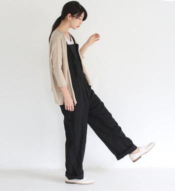 黒のサロペットに、軽く着られるベージュのカーディガンを羽織ったスタイル。ラフに過ごしたい休日や、ちょっとしたお出かけにも使える、シンプルなのにおしゃれを忘れないコーデの完成です。