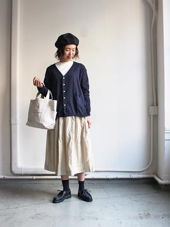 生成りカラーのスカートに、ネイビーのカーディガンを合わせたスタイリング。濃い色のカーディガンは全体が重くなりがちですが、小物やトップスも白を選ぶことで軽やかさが増して好バランスに♪