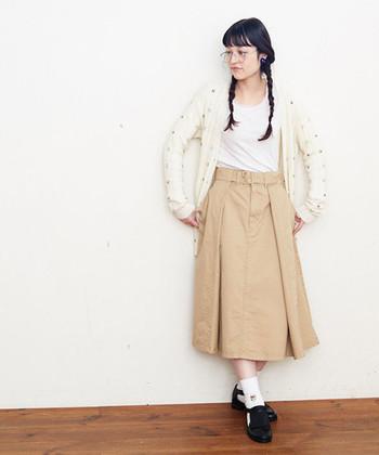 お花の刺繍が散りばめられた白のカーディガンは、ベージュのミディ丈スカートと合わせてガーリーな雰囲気に。インナーはシンプルなアイテムを選んで、少女感が強くなり過ぎないナチュラルさもしっかりアピールしています。