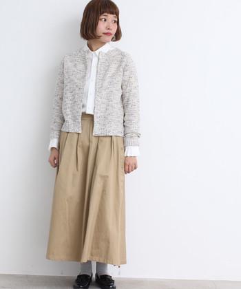 白ベースにカラーネップが華やかなデザインのニットカーディガンは、ジャケット感覚で着られるアイテム。白シャツ×ベージュのロングスカートと合わせて、きちんと感とナチュラル感の両立を叶えた着こなしです。