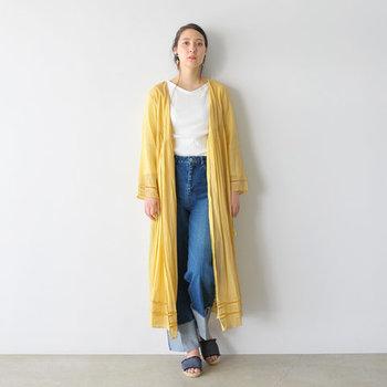 コットンのロングカーディガンは、前でタッセルを結べばカシュクール風にも着られるアイテムです。オリエンタルな雰囲気を与える柔らかな羽織は、白Tシャツ×デニムのシンプルアイテムと合わせるだけでも今風に格上げしてくれますよ。