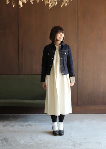白のワンピースに、デニムジャケットを羽織ったスタイル。キナリのワンピースに合わせているので、ナチュラル感がグッと強まる着こなしですね。お手持ちのワンピースにプラスするだけで、大人カジュアルな印象に。