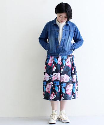 合わせるのが難しい柄物スカートも、デニムジャケットを羽織れば簡単にクールなガーリーコーデが完成します。無地で何にでも合わせやすいデニムジャケットは、柄物アイテムとの相性も抜群なんです◎