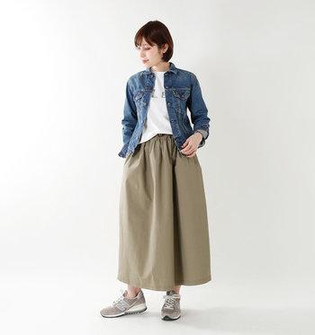 デニムジャケットに、白Tシャツとカーキのワイドパンツを合わせたコーデ。足元はグレーのスニーカーで、全体的にはカジュアルな雰囲気でまとめています。ボトムスの色を少し渋みのある色にしているので、カジュアル過ぎる印象になりません。