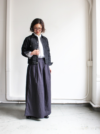 濃色のデニムジャケットに、ネイビーのワイドパンツを合わせたコーデです。重めのネイビーカラー同士だと重ためのコーデになってしまいがちですが、インに合わせた白シャツが程よい存在感で締め色としての役割を果たしてくれています。