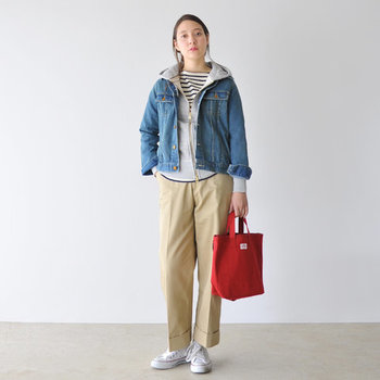 ボーダートップスにグレーパーカー、ベージュのパンツとデニムジャケットを合わせた、メンズライクなスポーティーコーデです。赤のバッグが良い差し色になっていて、ボーイッシュな雰囲気の中にほんのり女性らしさを覗かせています。