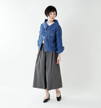 大きな襟が特徴的なデニムジャケットに、グレーのワイドパンツを合わせたコーデ。どうしてもカジュアル感が強くなるデニムジャケットを大人テイストに着こなしたい場合は、少し個性的な形のものを選ぶのもおすすめです。