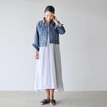 白のフレアワンピースに、デニムジャケットを合わせたガーリースタイルです。女性らしいワンピースやスカートと合わせると、ガーリーテイストにもしっかり馴染んでくれるのが、デニムジャケットの大きな魅力ですよね♪