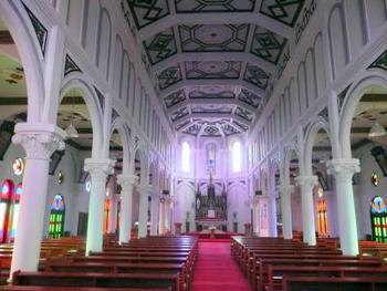 白を基調とした奥行きのある内部には、ステンドグラスの鮮やかな光が立ち込めています。その様子を眺めていると、まるで中世ヨーロッパにタイムスリップをしてしまったかのような気持ちになります。神聖で厳かな雰囲気のある教会です。