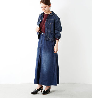 デニムジャケットに、あえてデニムのロングスカートを合わせた着こなし。インにはボルドーのトップスと、レディライクなデザインのパンプスをチョイス。カジュアルな印象のデニムオンデニムコーデに、ちょっぴり大人のエッセンスをプラスしています。