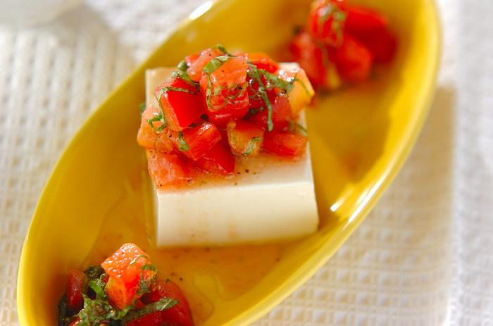 冷たいお豆腐に、トマトのマリネをたっぷりのせてサッパリと!食欲の無い時や、前菜としてもおすすめです。緑、赤、そして食器の黄色、ビタミンカラーでまとめた盛り付けは、見ているだけで元気が貰えそう。