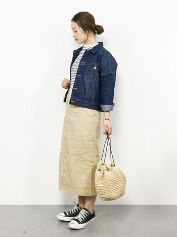 ボーダートップス×ベージュのタイトスカートという定番コーデに、デニムジャケットをプラス。手首はさりげなくロールアップして足首も見せることで、デニムジャケットとスニーカーのカジュアルアイテムもスッキリ女性らしい印象に仕上がります。