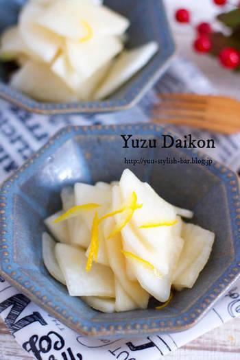 大根の甘酢漬けに柚子をプラスして爽やかに!お茶うけや、晩ご飯の箸休めとしても丁度良い一品。黄色と白2色だけだと寂しい盛り付けも、パッと目を引く青い器と合わせて、ワンランク上の盛り付けを楽しんでみては…。