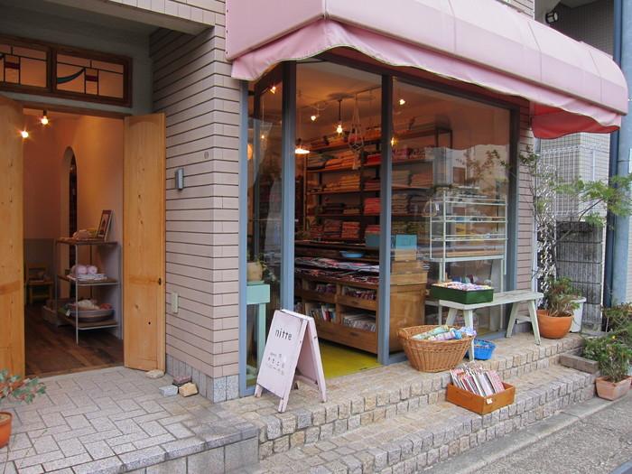 最近、趣味でハンドメイドをはじめる方が増えていますが、作品を作る際は生地やボタン、リボンなどの素材にもこだわりたいですよね。そんな手芸好きさんを魅了してやまない手芸雑貨店が、兵庫県は西宮北口の住宅街にあるのをご存知でしょうか?その名は「nitte(ニテ)」。2001年9月にオープンして以来、地元や近隣の手芸ファンから愛されているお店です。
