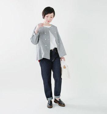 ルーズ感のあるテーパードデニムは、ロールアップして足首を見せるのが着こなしのポイント。きれい目なシャツと白トップスを合わせれば、カジュアルな印象が強いデニムをお出かけスタイルに格上げできちゃいます。
