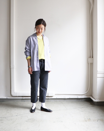 ブラックデニムのクロップドパンツは、程よい丈感で女性らしさをしっかり演出してくれます。手首や足首を見せることでレディ感をアピールできるので、イエローのトップスやシャツと合わせて上品な着こなしに。